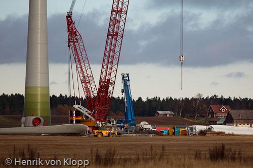 Vindkraftverk under uppförande på Västgötaslätten