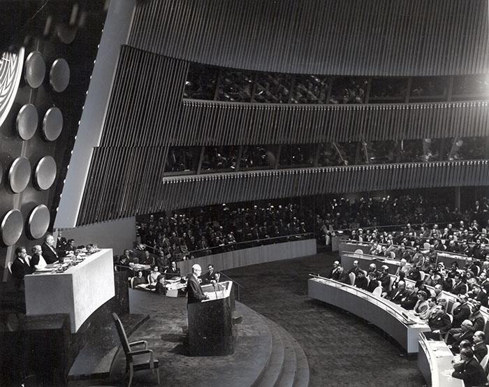 President Eisenhower talar i FN:s generalförsamling. Foto: IAEA image bank