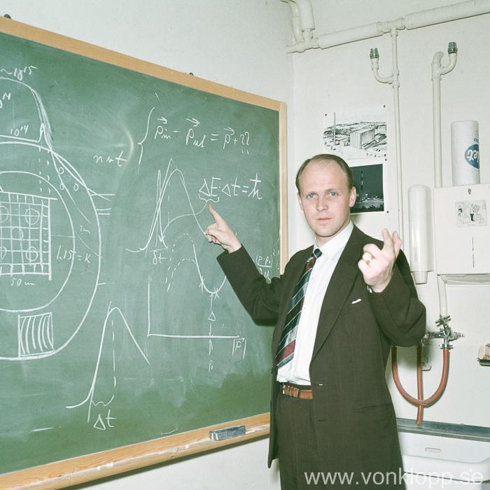 Karl-Erik Larsson analyserar experiment i R1 1958. Foto: Karl-Erik Larssons arkiv.