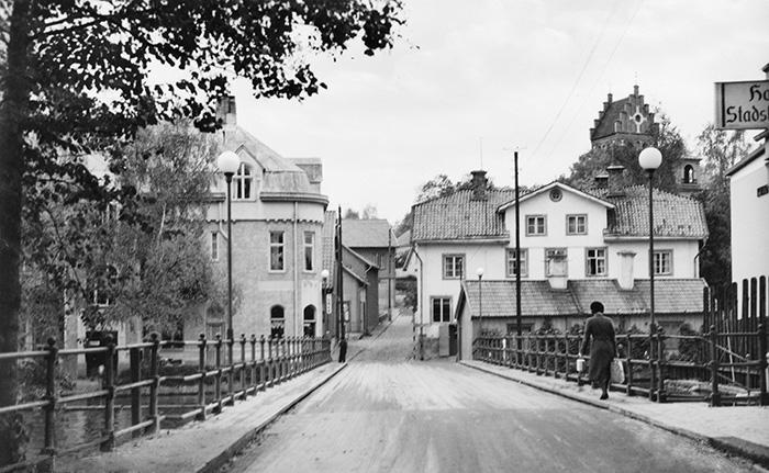 Brogatan i Torshälla omkring 1960. Kraftverkets intag till höger i bild. Foto: Okänd / Tekniska museet