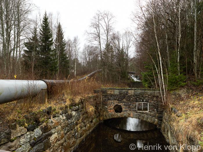 Uppströmsvy med intagstub och rester av Högfors bruk