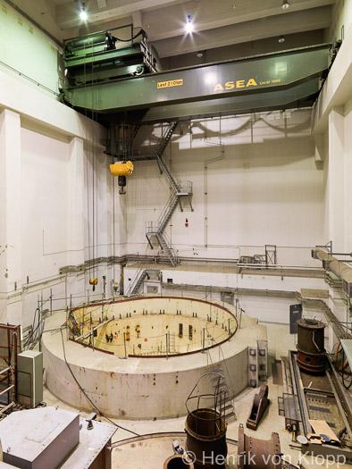 Reaktorhallen med reaktorinneslutning och travers.